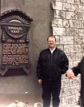 Allen W. Wood al lado de la tumba de Immanuel Kant.