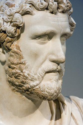 10 razones para salir con un hombre con barba Adriano-6-museo-britanico
